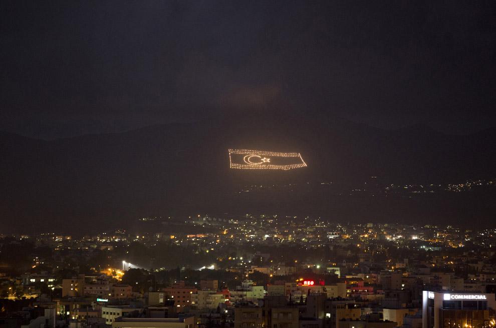 Светящийся флаг самопровозглашенной Турецкой Республики Северного Кипра