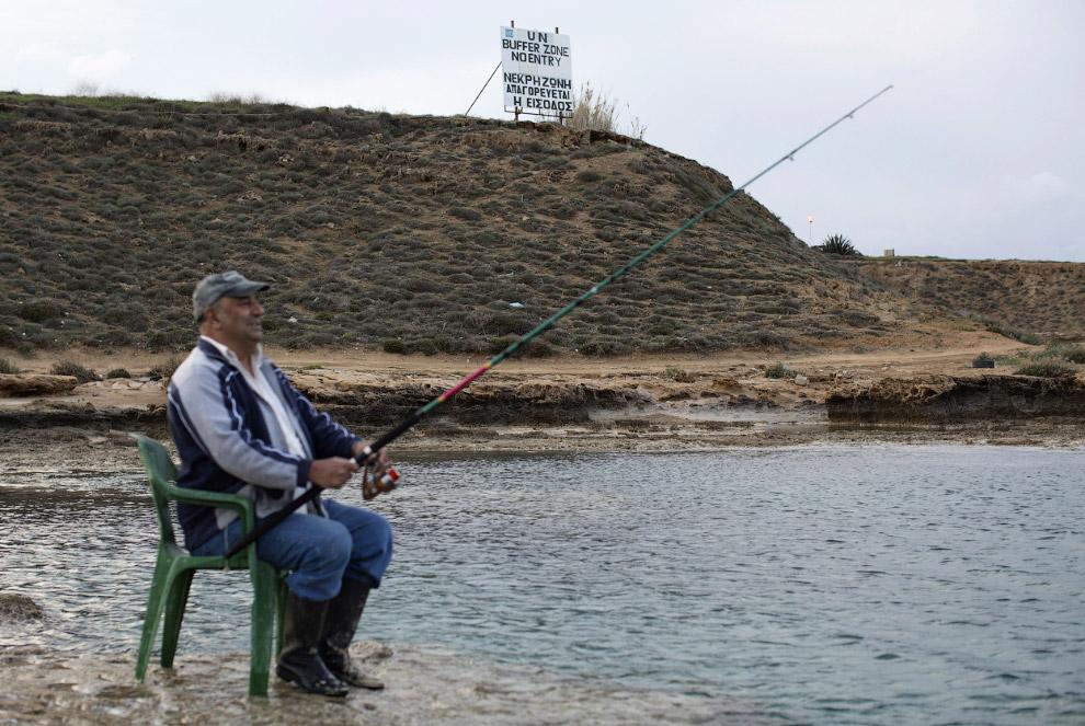 Рыбаки в районе Фамагусты рядом с буферной зоной ООН на Кипре