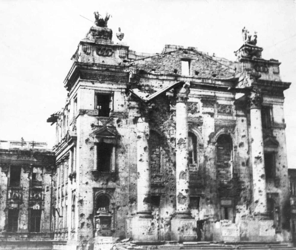 Посеченный снарядами фасад севастопольского Дворца пионеров после освобождения города