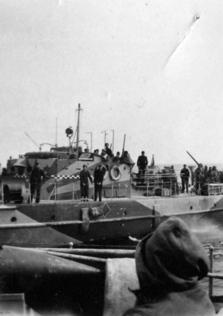 Немецкий тральщик в бухте Севастополя