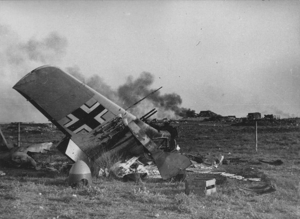 Немецкий штурмовик Fw.190, уничтоженный советской авиацией на херсонском аэродроме