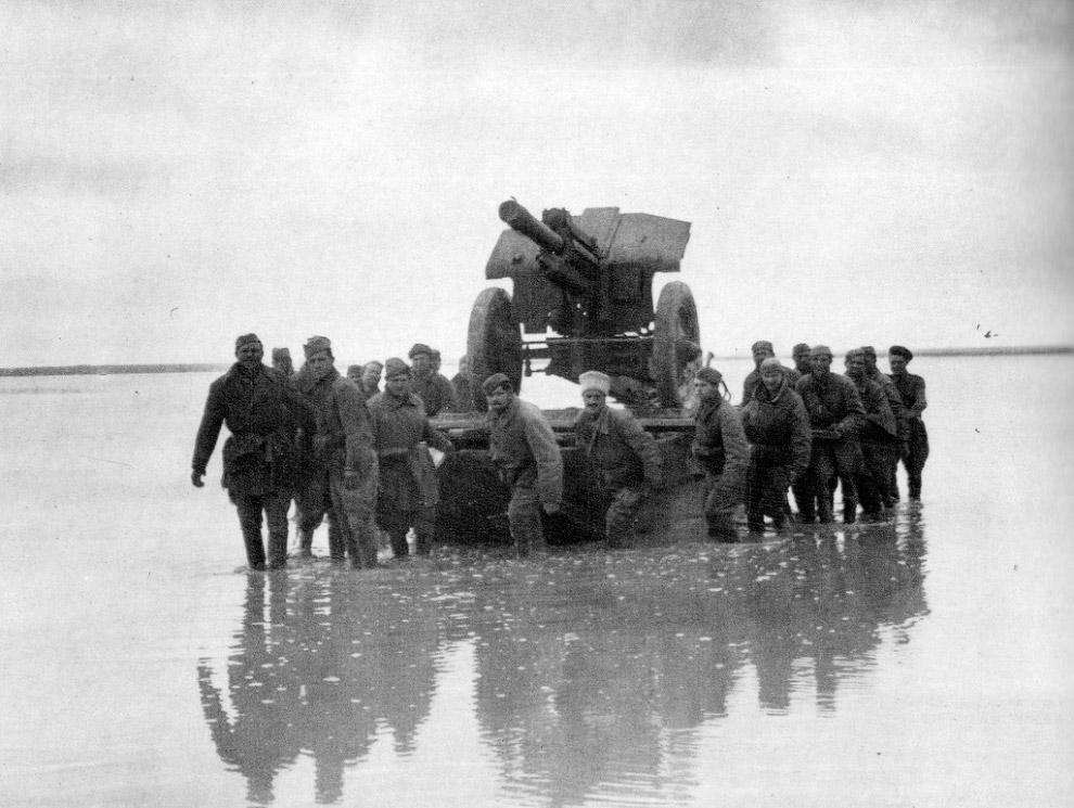 Советские солдаты переправляют на понтоне 122-мм гаубицу образца 1938 года М-30 через залив Сиваш (Гнилое море)