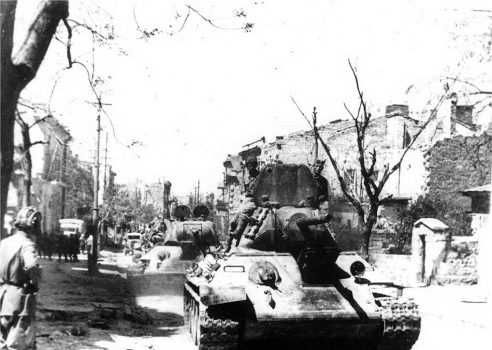Танки Т-34 на улице освобожденного Севастополя