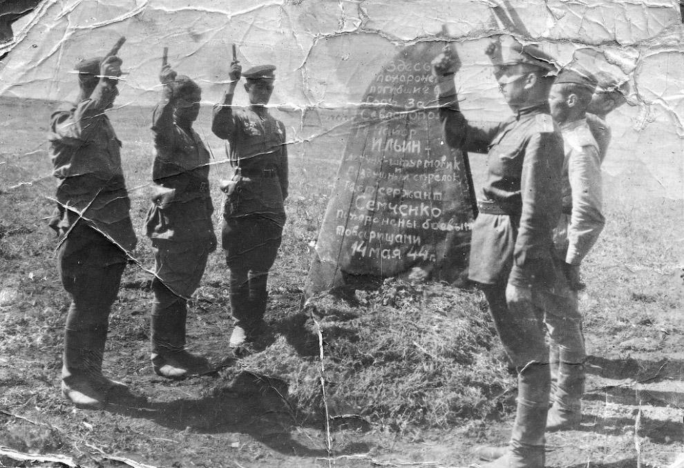 Залп на могиле боевых товарищей-летчиков, погибших под Севастополем 24 апреля 1944 года