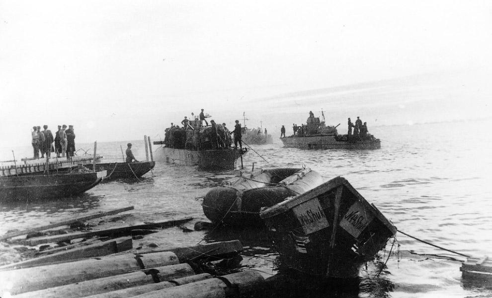 Бронекатера Черноморского флота  осуществляют высадку советских войск на крымский берег Керченского пролива на плацдарм под Еникале в ходе Керченско-Эльтигенской десантной операции