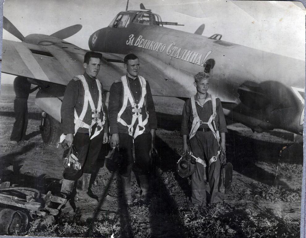 Экипаж пикирующего бомбардировщика Пe-2 «За великого Сталина» 40-го бомбардировочного авиаполка Черноморского флота после выполнения боевого задания