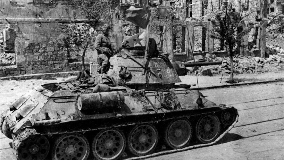 Танк Т-34 на улице освобожденного Севастополя