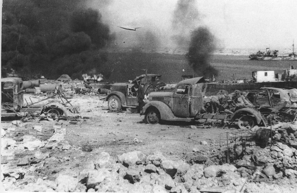 Уничтоженная немецкая техника на берегу Казачьей бухты в Севастополе