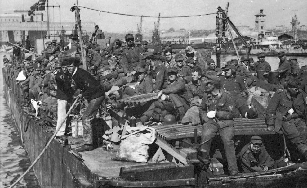 Транспорт с немецкими солдатами, эвакуированными из Крыма, швартуется в порту Констанцы, Румыния