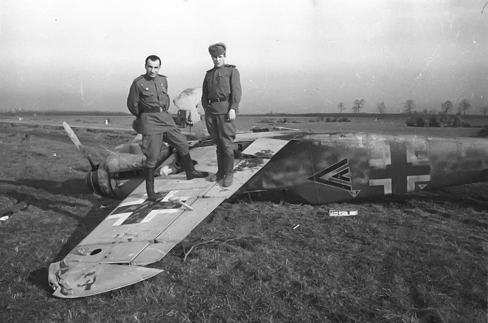 Советские военнослужащие позируют на брошенном в Крыму немецком истребителе Мессершмитт Bf.109