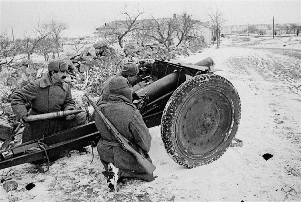 Расчет советской полковой пушки на огневой позиции в Крыму