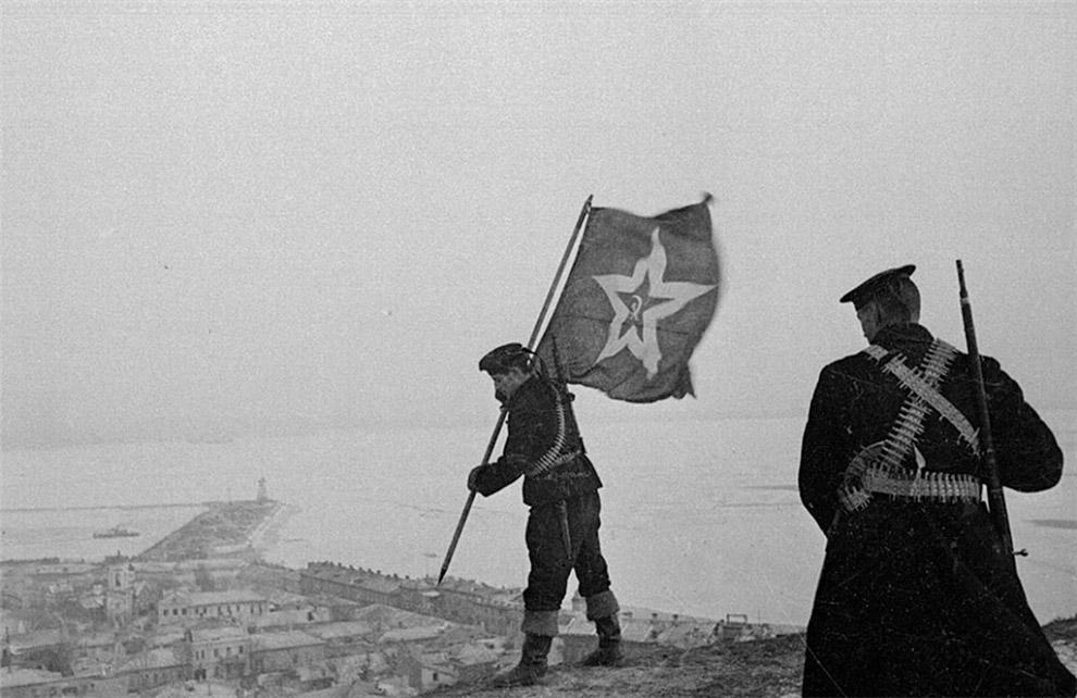 Советские морские пехотинцы устанавливают корабельный гюйс на самой высокой точке Керчи — горе Митридат