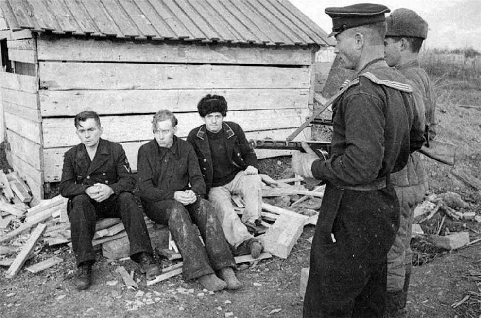 Пленные немецкие моряки под Керчью