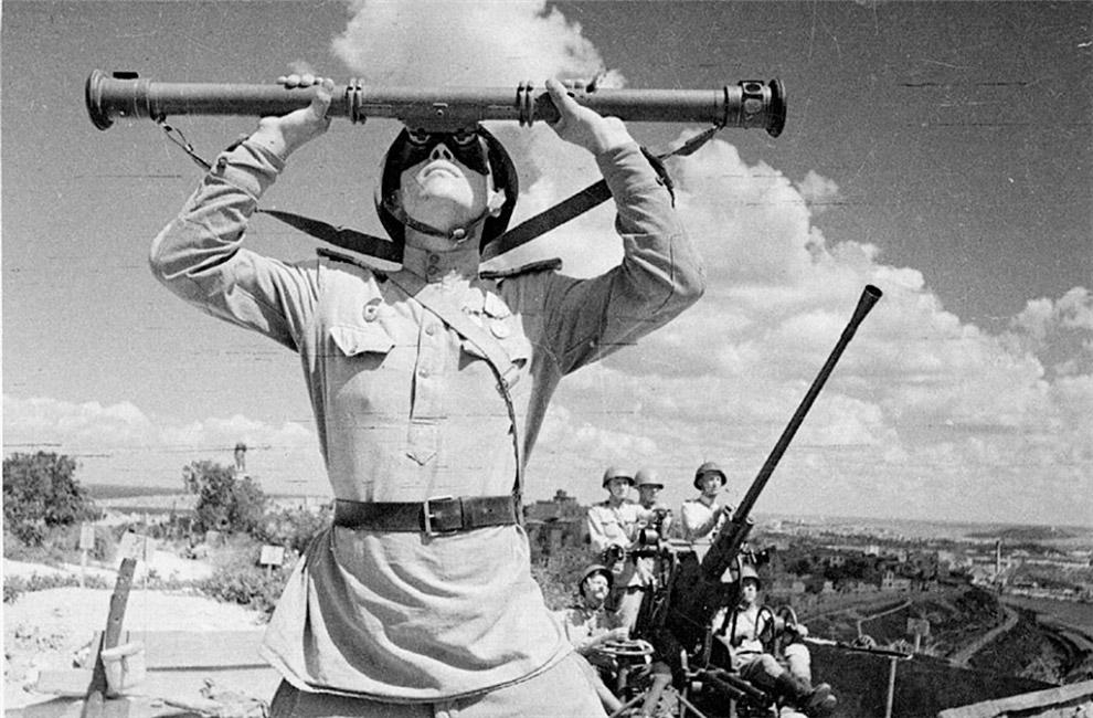 Расчет советской 37-мм автоматической зенитной пушки образца 1939 года 61-К на Историческом бульваре в Севастополе