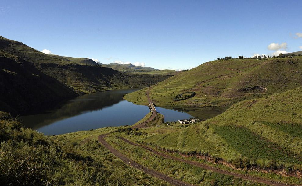 Искусственное озеро перед плотиной