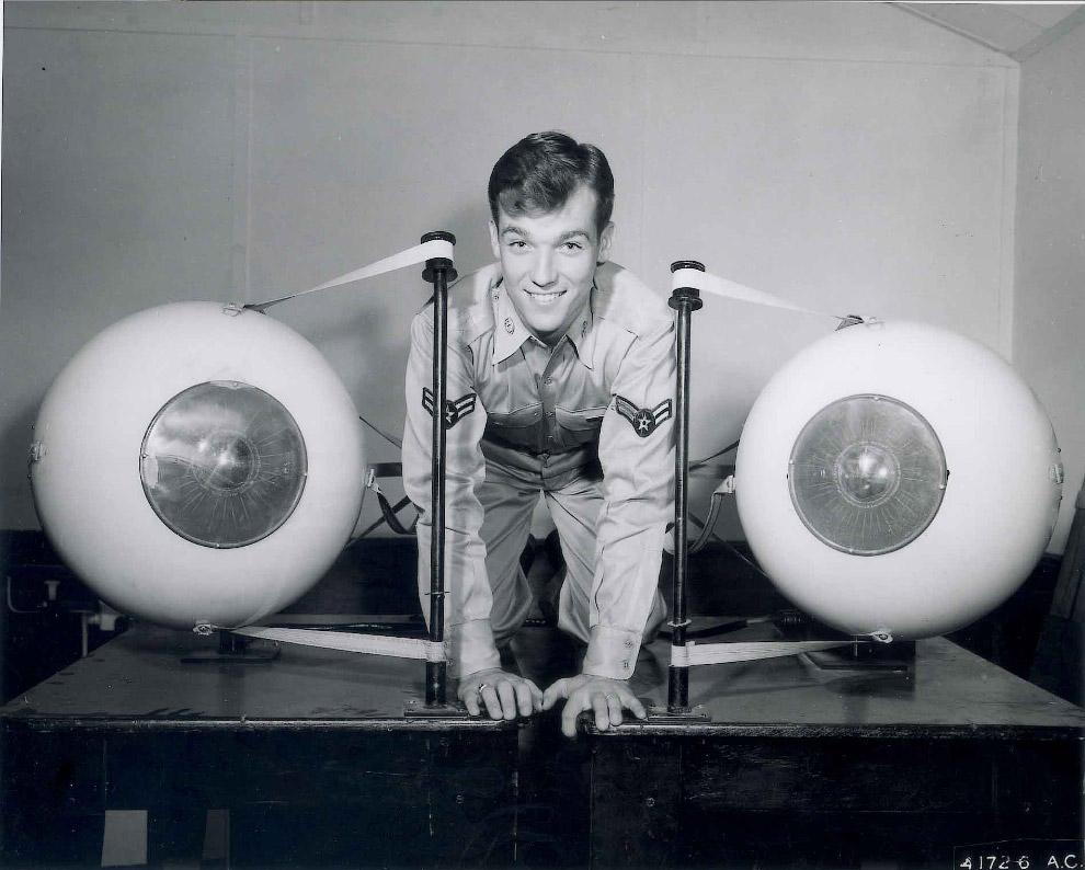 Разработка отдела авиационной медицины — огромные модели глаз, приводимые в движения моторчиками