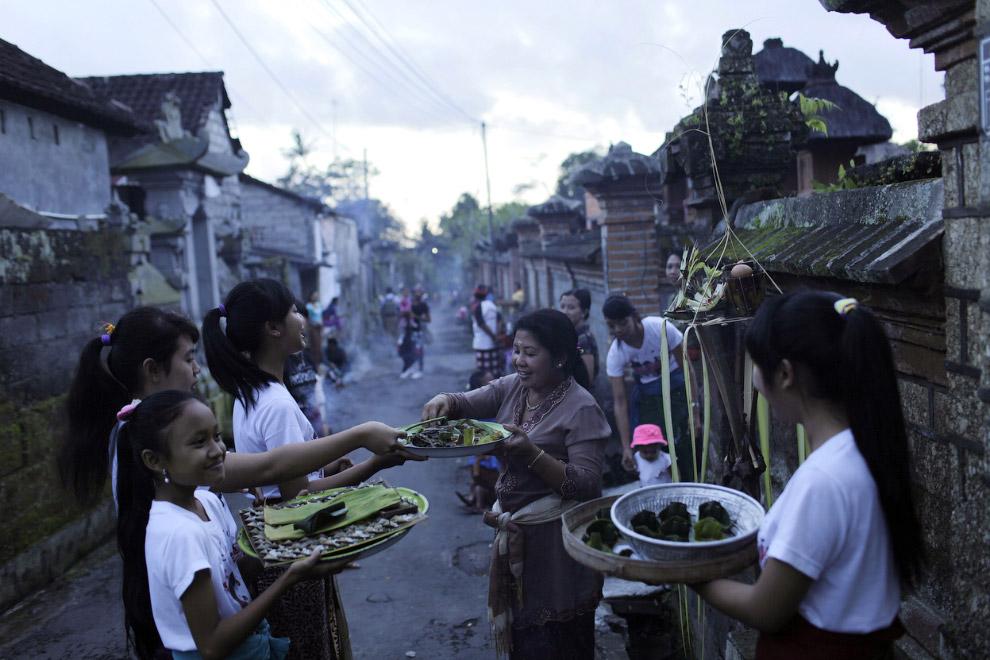 Перед Новым годом балийцы собираю по улицам дары для очередного ритуала