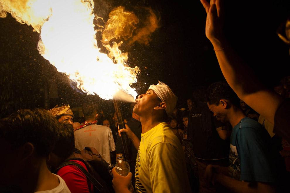 Кроме больших фигур демонов, участвующих в параде, здесь проводят огненные шоу