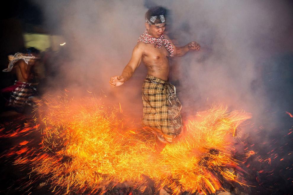 Еще один ритуал в преддверии Нового года - очищение Вселенной и человеческого тела в огне