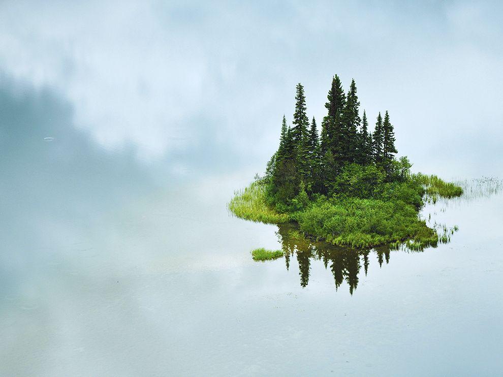 На самом деле это небольшой остров посреди озера в северной части Британской Колумбии