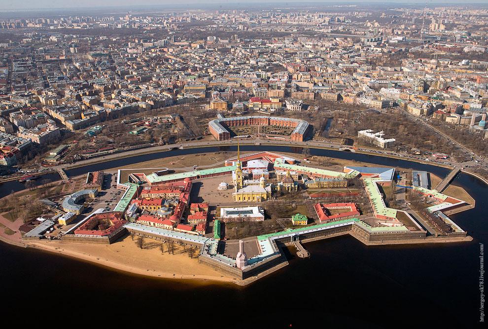 Подковообразное красное здание, Артиллерийский музей, левее музея, зоопарк