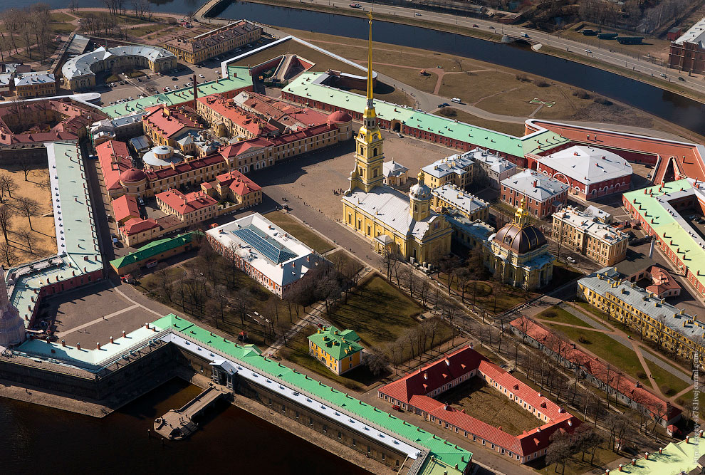 Петропавловский собор чуть крупнее