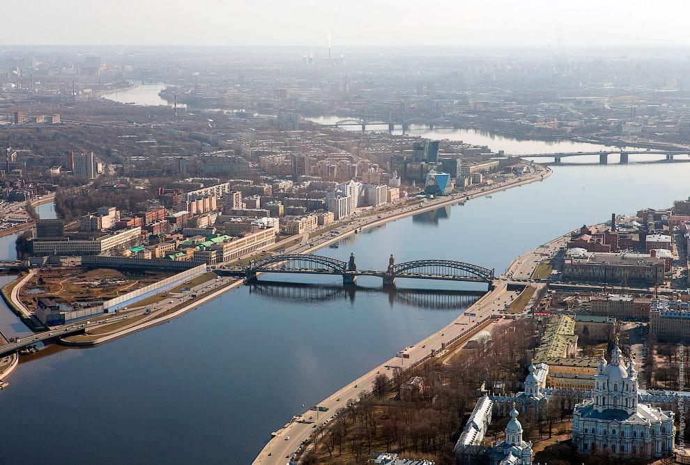 В центре — мост Петра Великого, слева — устье реки Большая Охта, место, где собирались строить большую газпромовскую «кукурузину», справа — Смольный собор