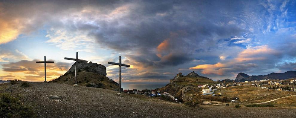 Крым. Гора Сахарная голова на фоне Генуэзской крепости