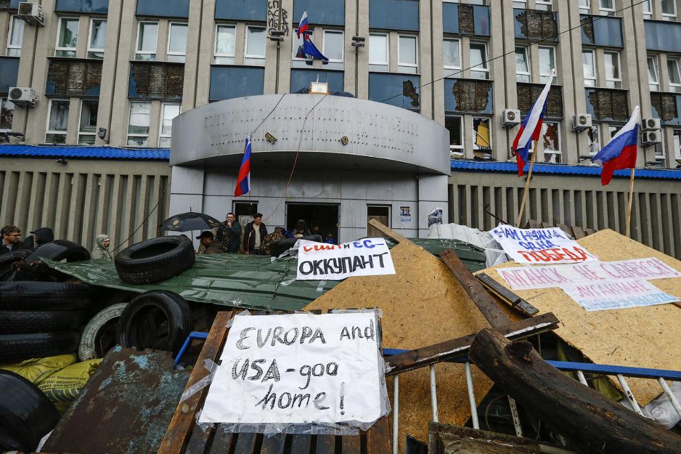 Баррикады у здания СБУ в Луганске