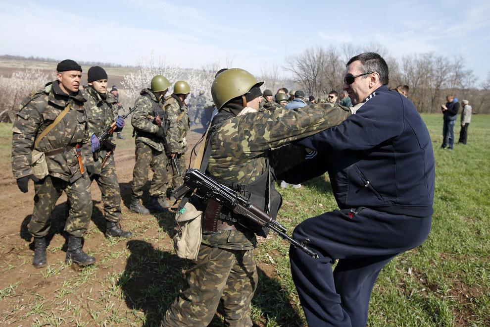 Стычка украинских солдат и протестующих в поле недалеко от Краматорска