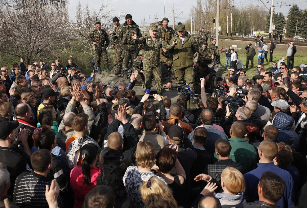 Украинские солдаты разговаривают с протестующими, вставшими на их пути около Краматорска