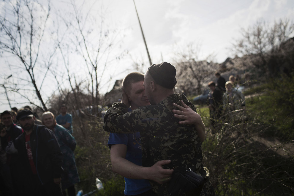 Братья-славяне. Украинский солдат и протестующий в поле около Краматорска