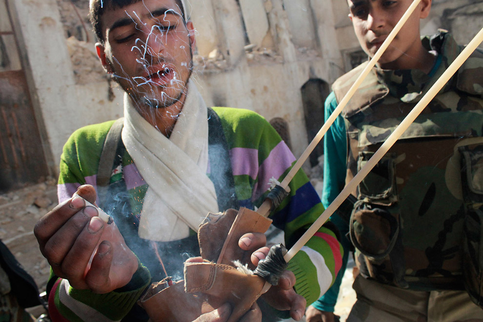 Боец зажигает от папиросы гранату