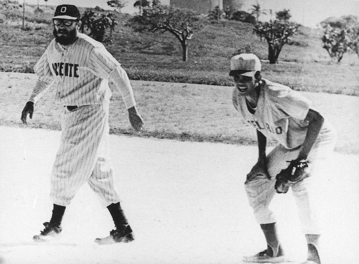 Премьер-министр Кубы Фидель Кастро во время игры в бейсбол в городе Варадеро, Куба, 5 июля 1964 года