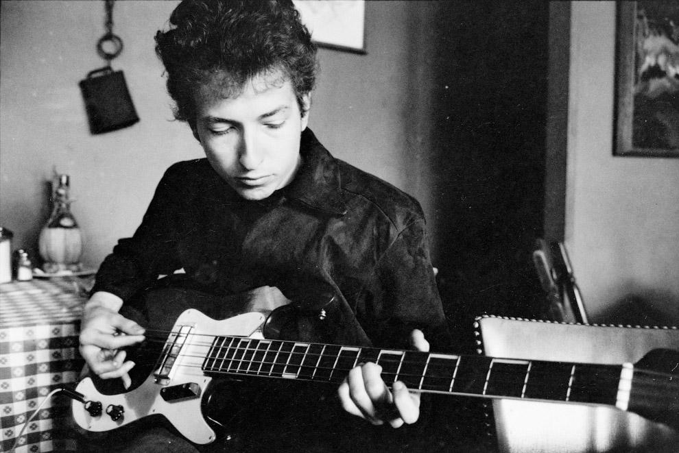 Боб Дилан играет на бас-гитаре в ресторане