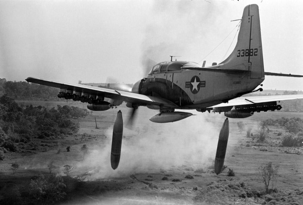 Американский штурмовик Дуглас A-1 «Скайрейдер» бомбит вьетнамскую территорию