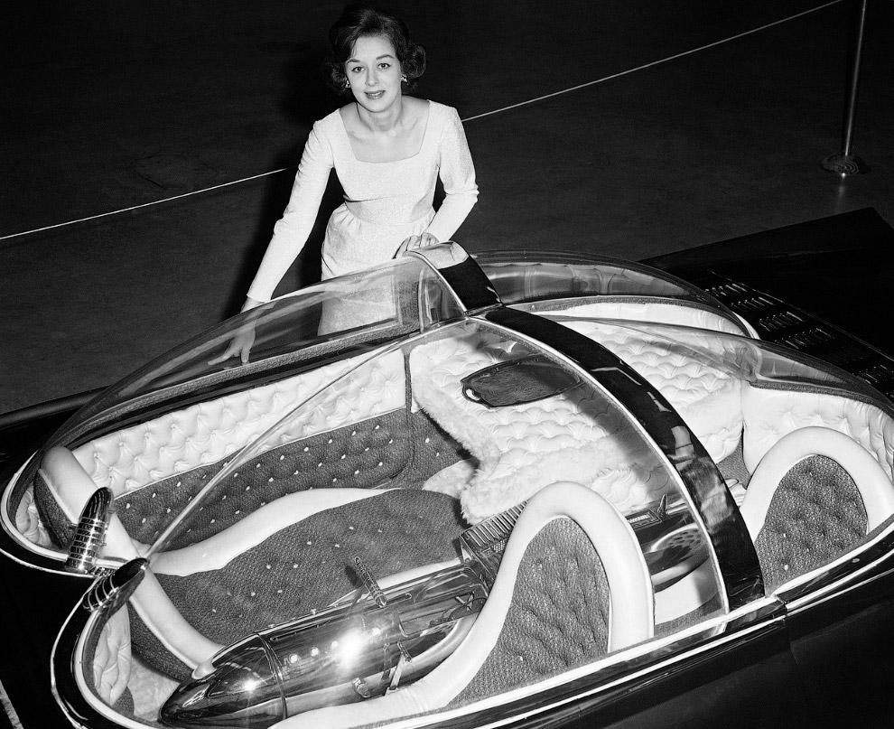 В 1964 году Детройте проходит автошоу, где присутствуют автомобили с космическим дизайном