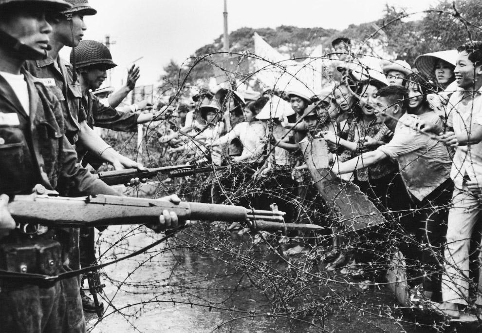 Военные и демонстранты