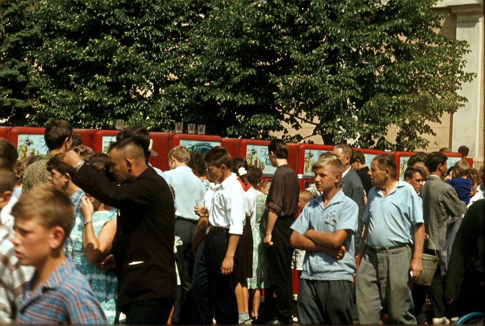 Москва 1964-го. Очередь к автоматам за газировкой