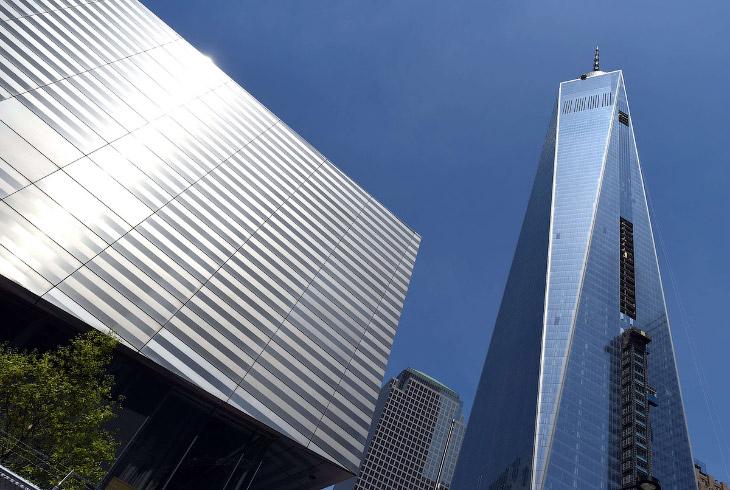 Слева — Музей 9/11, справа — Всемирный торговый центр Башня 1