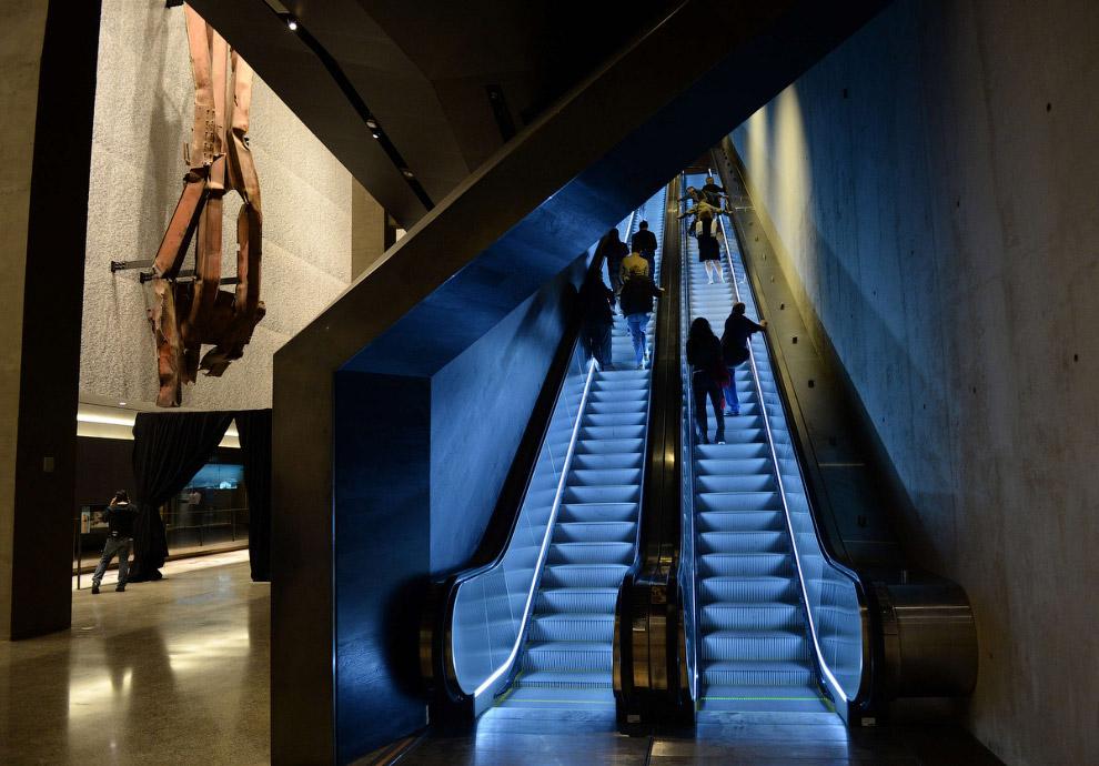 Эскалаторы в музее. Вверх – к Национальному мемориалу