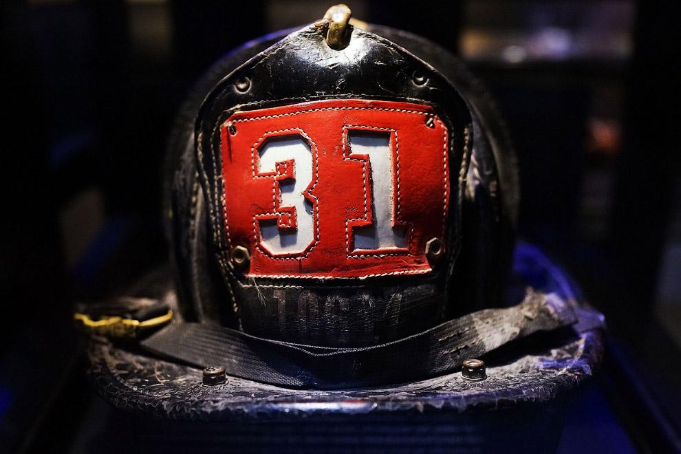 Шлем выжившего пожарного Дэна Поттера, который был тогда в эпицентре событий