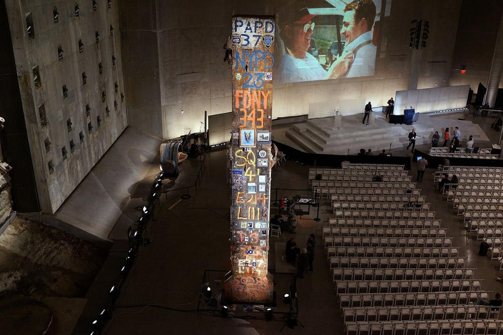 Конференц-зал. Здесь видна стена (слева) и колонна, оставшиеся после обрушения башен ВТЦ