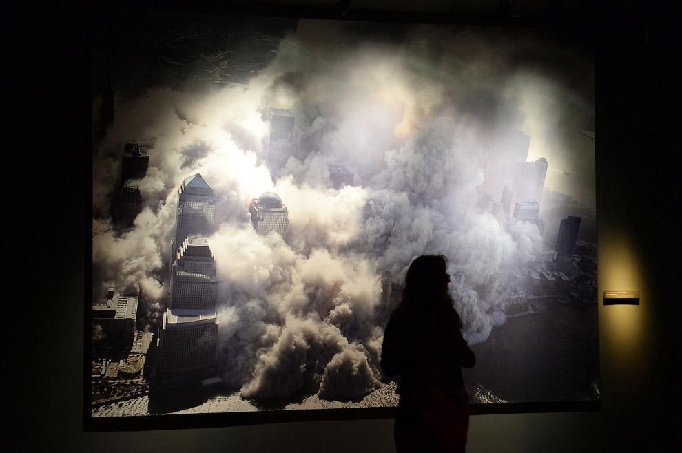 Фотография разрушающихся зданий, сделанная 11 сентября 2001