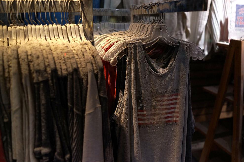 Одежда из магазина Chelsea Jeans. Он находился неподалеку и его засыпало пылью и мусором от рухнувших небоскребов
