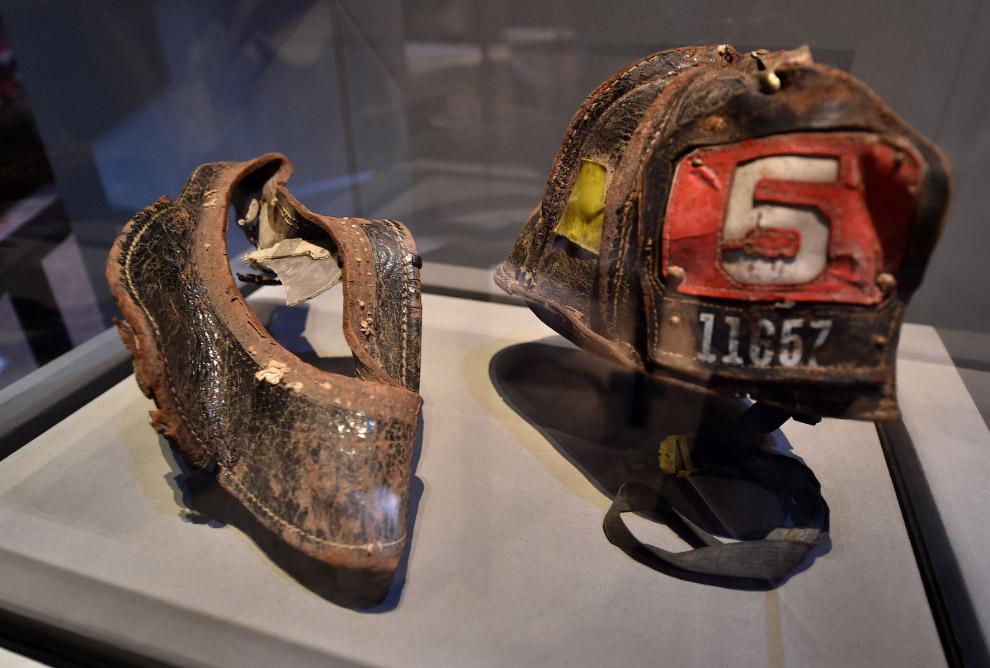 Найденные на месте крушения искореженные шлемы пожарных