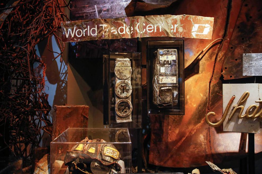 Артефакты с места крушения небоскребов. Справа по центру — телефонная будка