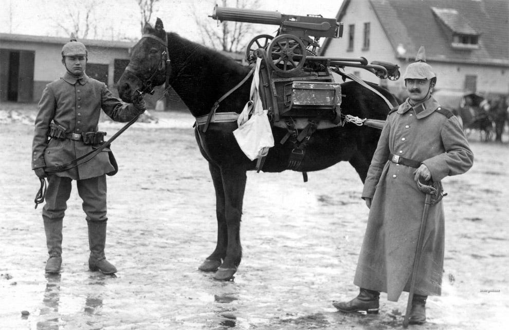 Немецкие солдаты, лошадь и трофейный пулемет «Максим» M1910