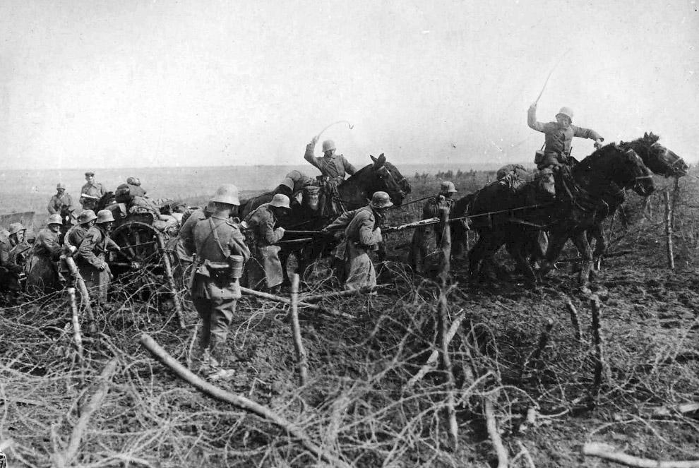 Солдаты тащат пушку с помощью лошадей