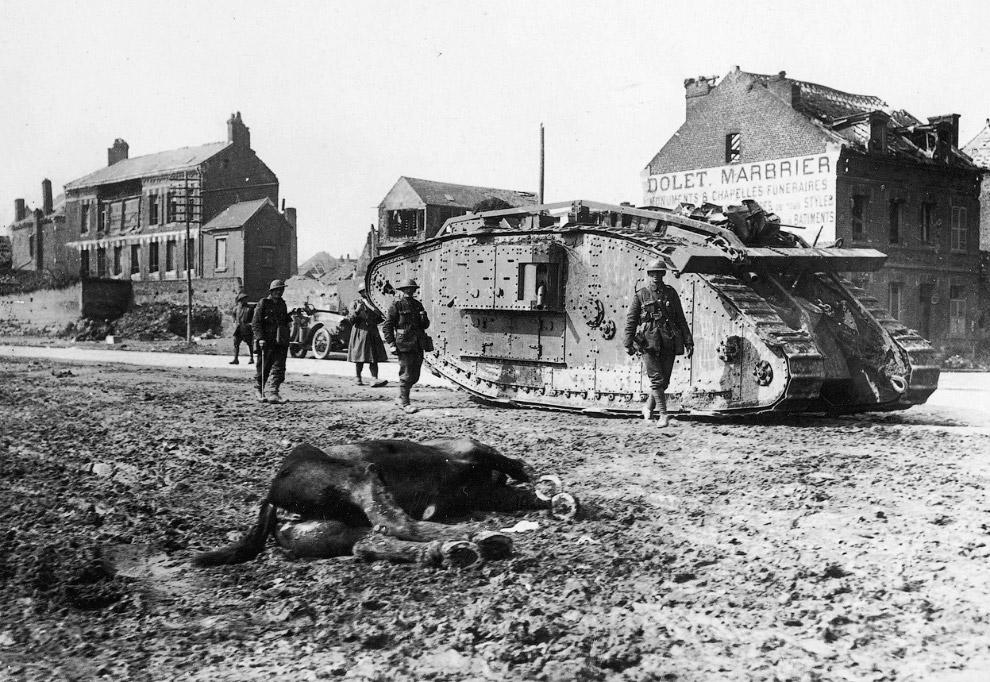 Британский тяжелый танк времен Первой мировой войны Mark V и погибшая лошадь